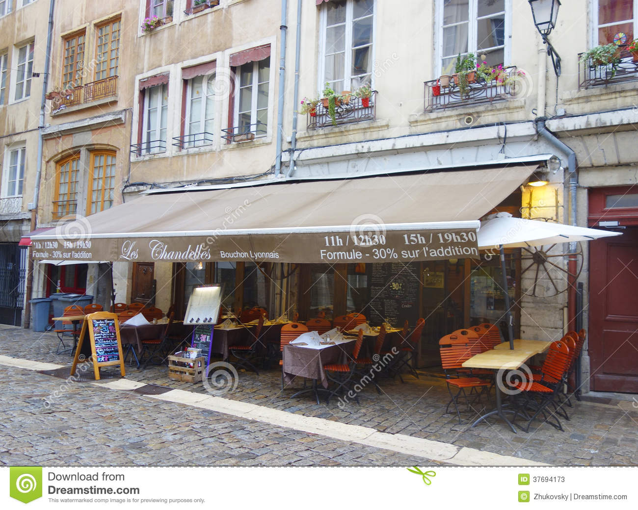 restaurant traditionnel de bouchon dans vieux lyon france photo stock ditorial image 37694173. Black Bedroom Furniture Sets. Home Design Ideas