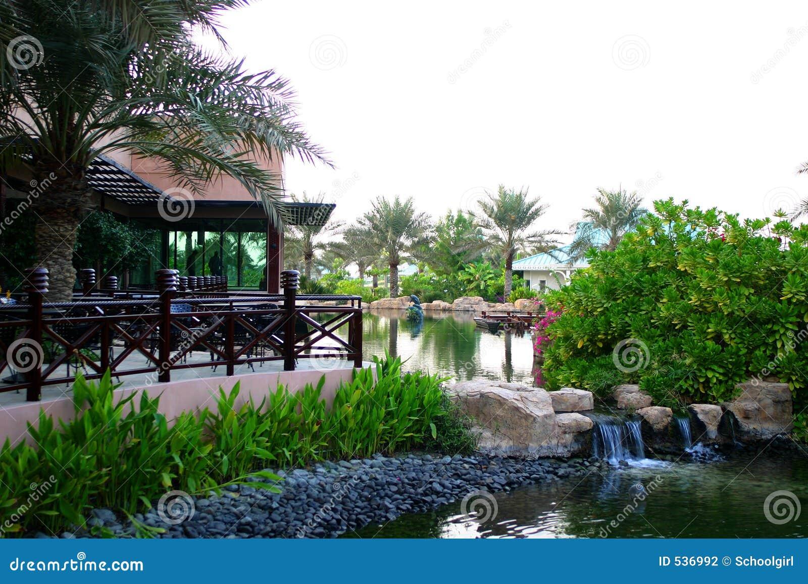 Restaurante com terraço e lagoa