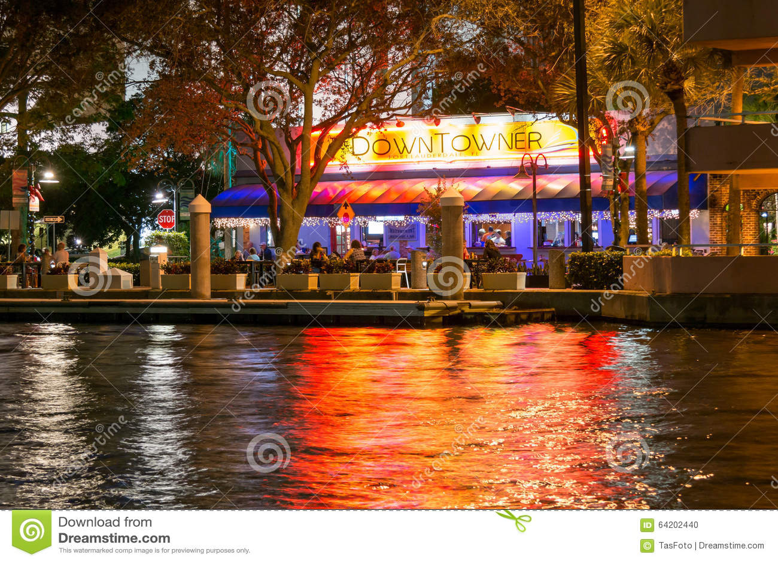 Restaurante del habitante del centro en el pie Lauderdale en la noche, la Florida, los E.E.U.U.