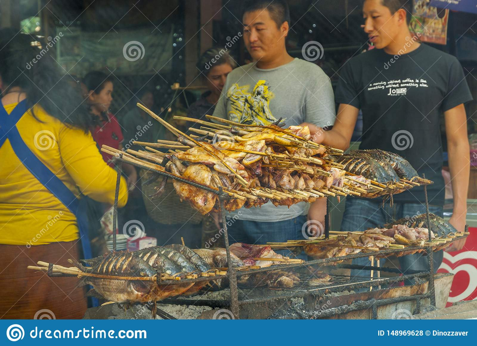 Restaurante do BBQ com peixes e carne