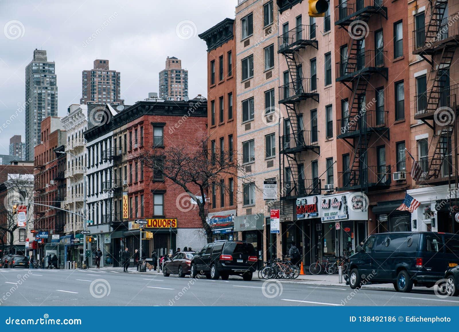 Restaurante, edificios viejos, escaparate de la escena de la calle de la cocina de los infiernos en el lado oeste de Midtown Manh
