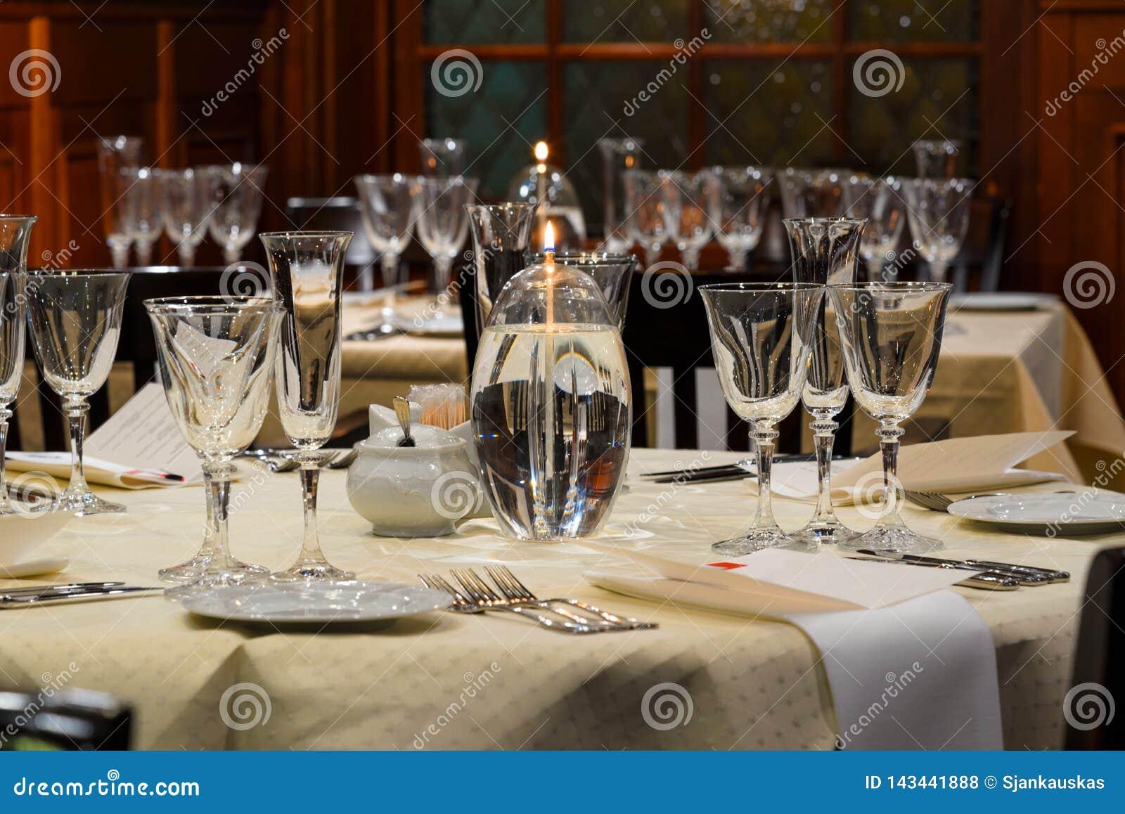 Restaurante interior, jantar festivo dos vidros do ajuste, do vinho e do champanhe da tabela do restaurante