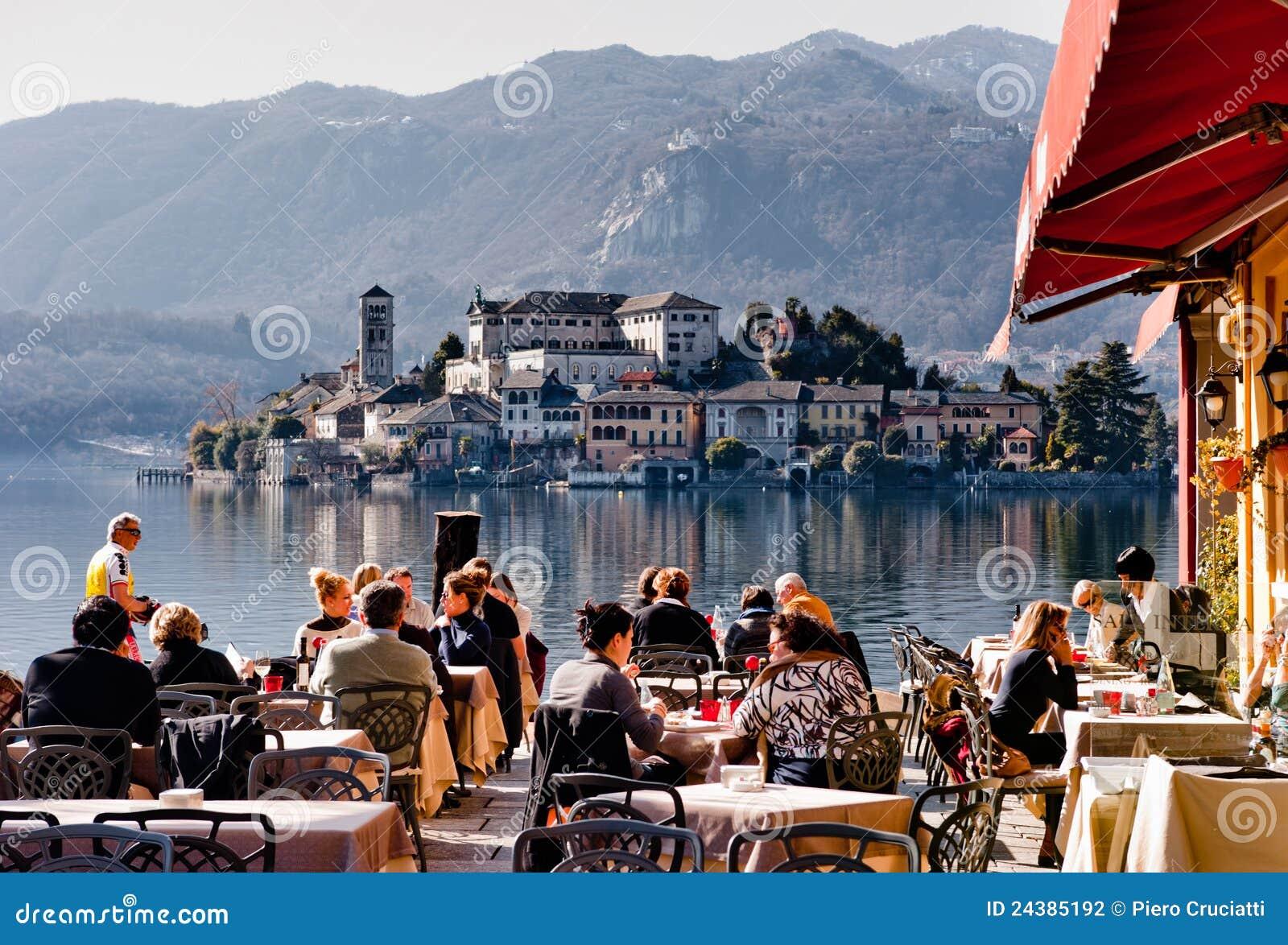 Restaurante italiano no lago