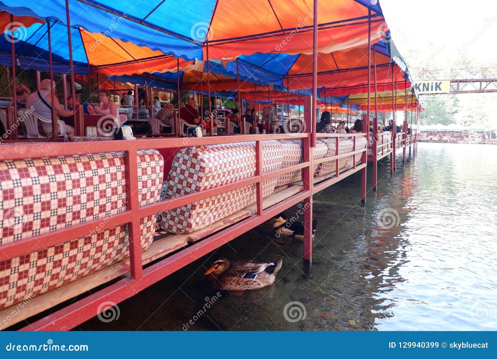 Restaurante na cachoeira em Alanya, Turquia