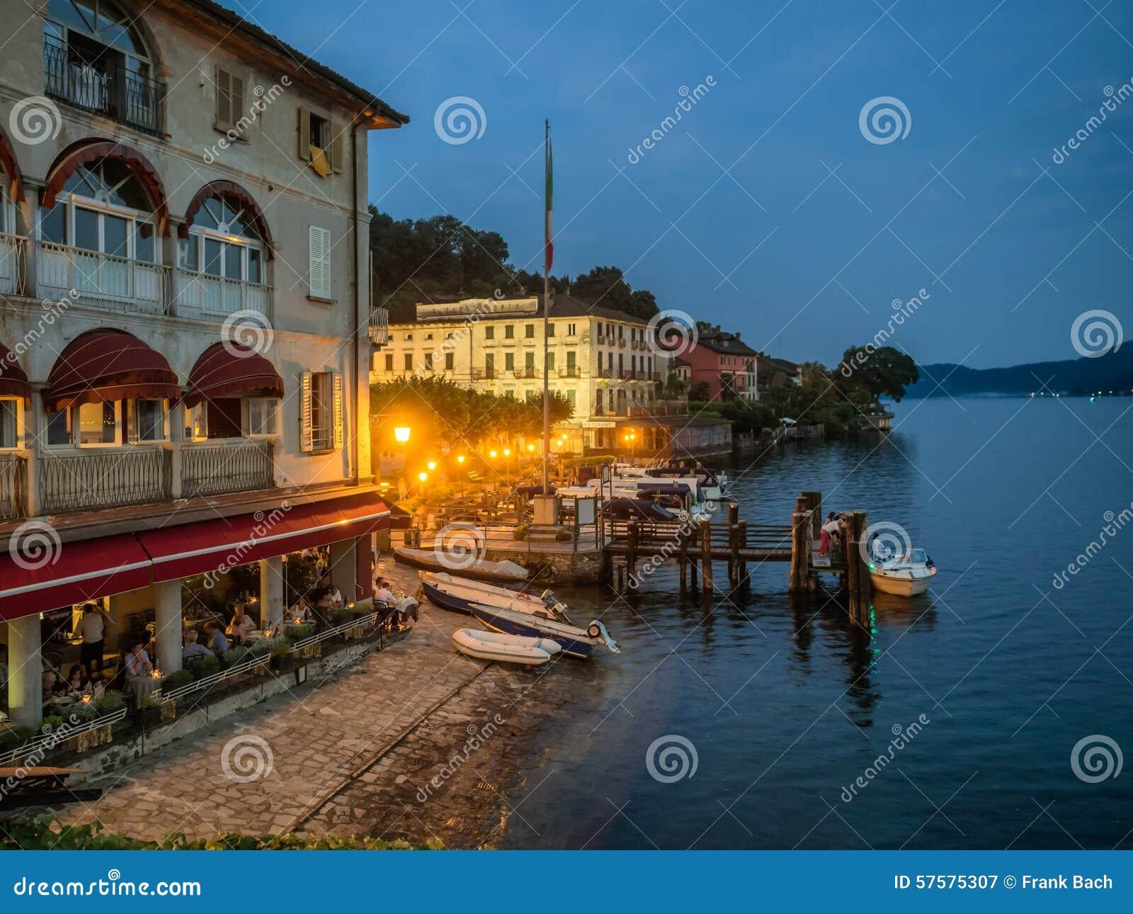 Restaurante no banco em Orta, distrito italiano do lago