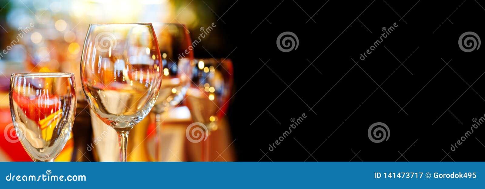 Restaurante romántico de Navidad interior con vajilla hermoso de la loza Fondo cristalino del acontecimiento de los días de fiest
