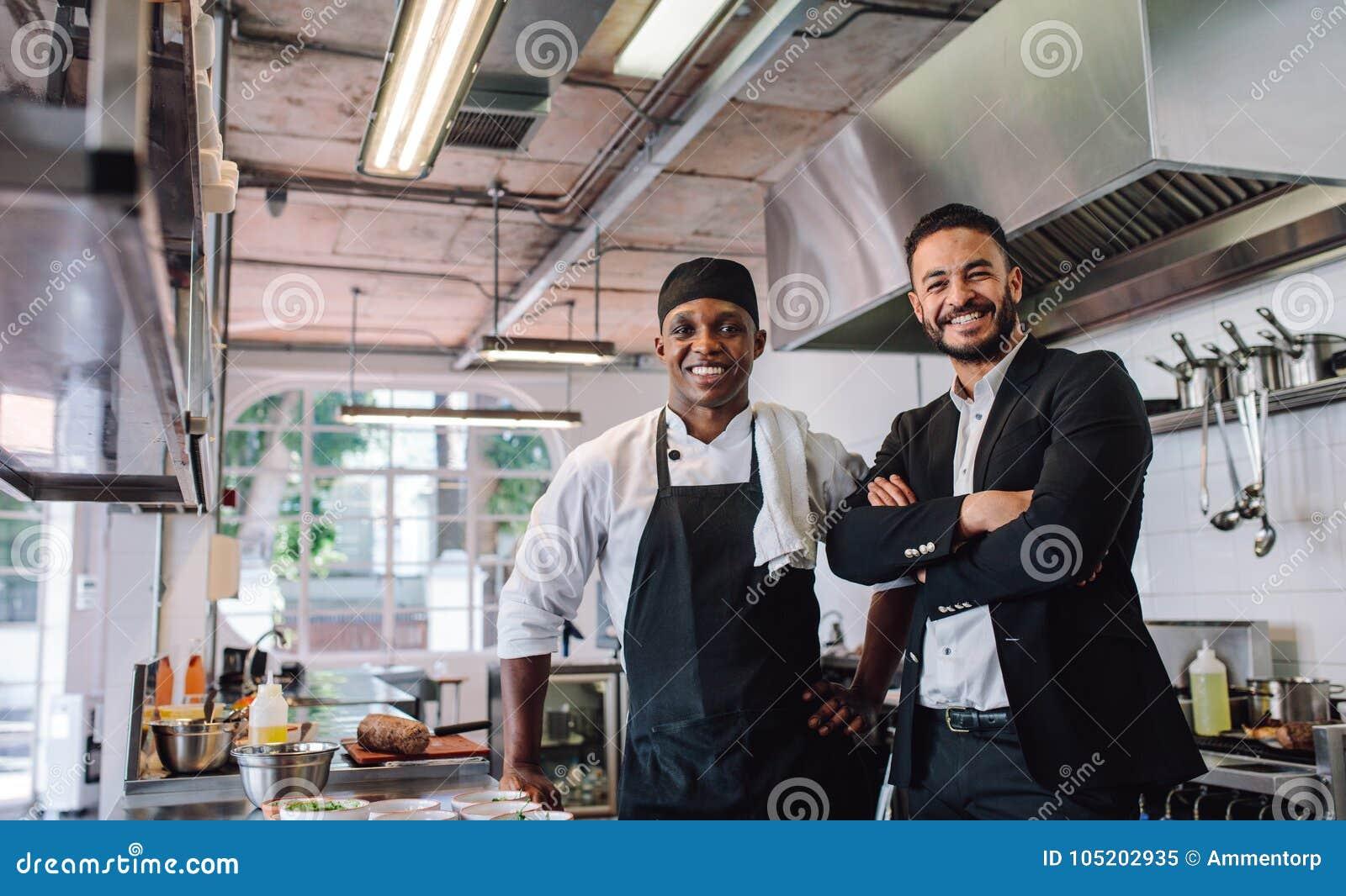 Restauranteigenaar met chef-kok in keuken