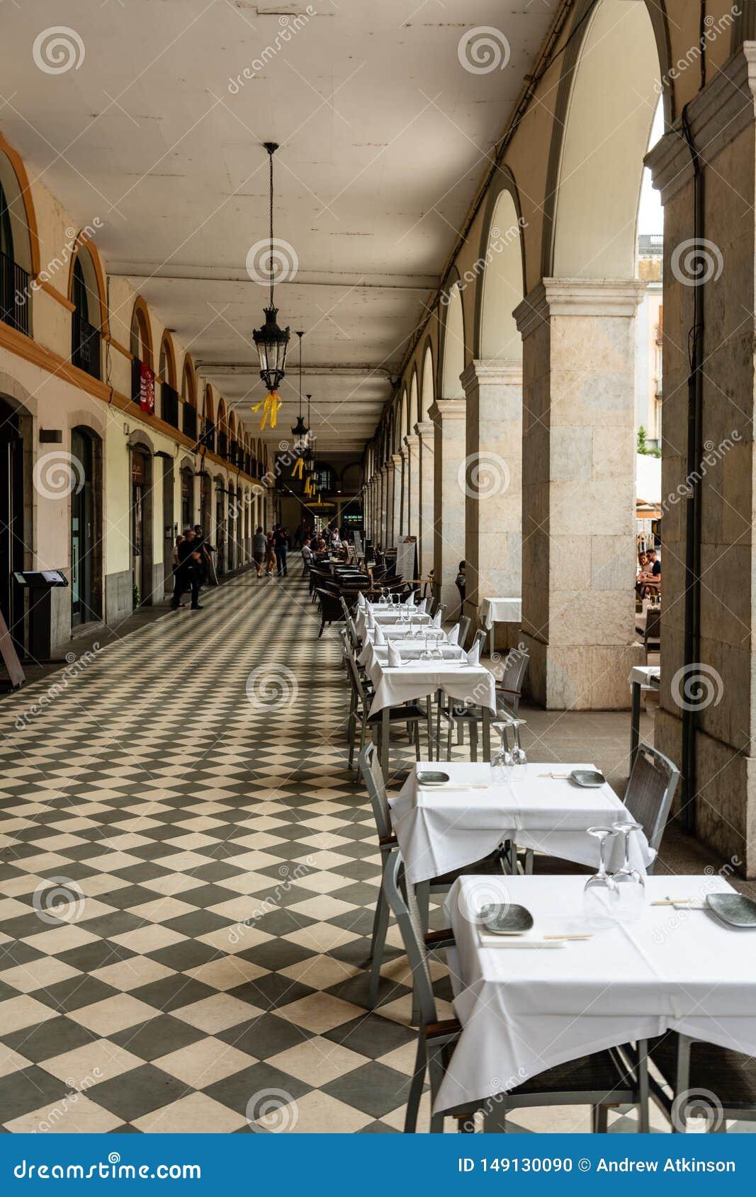 Restaurantes e cafés no Plaça de la Independencia durante o dia Girona