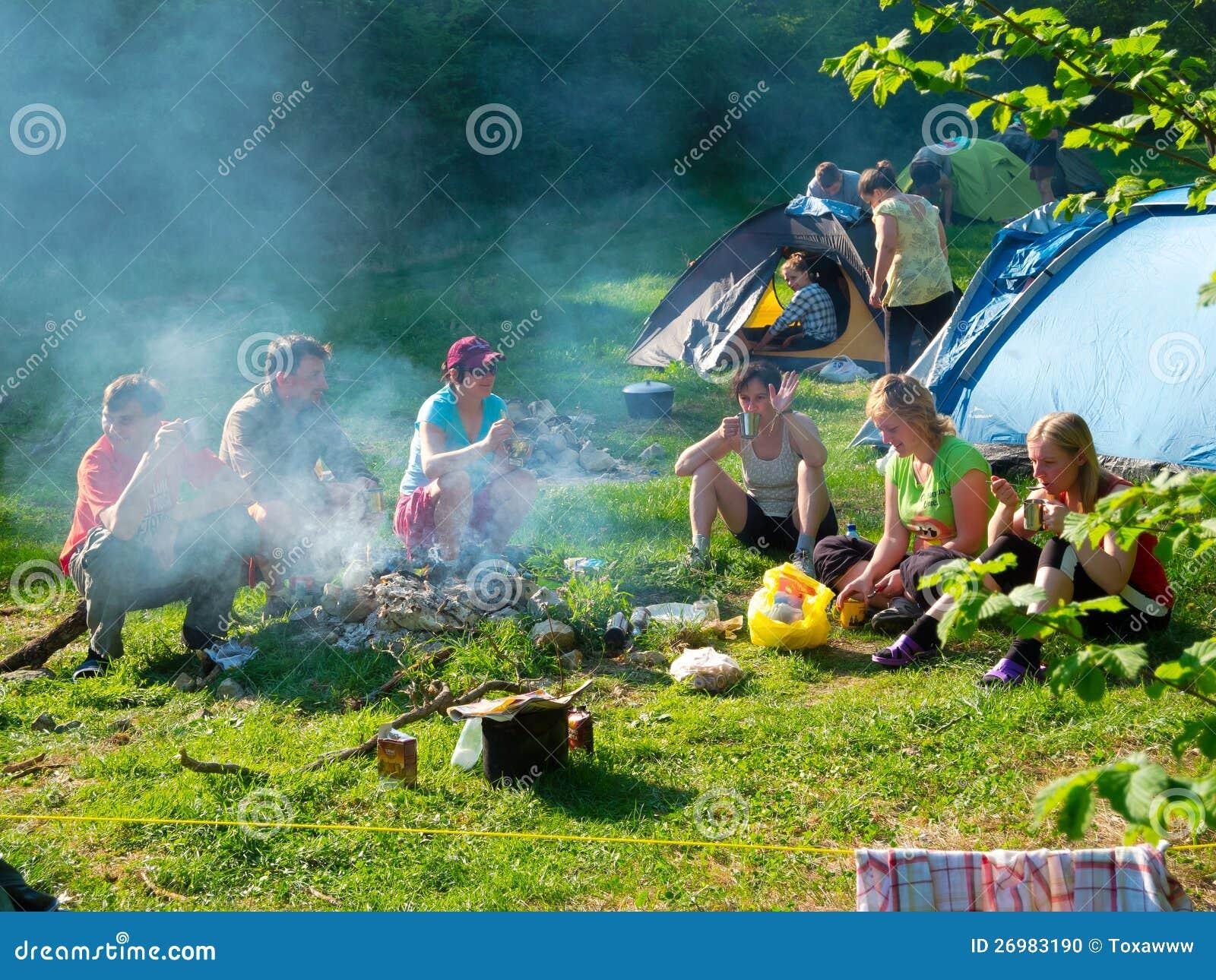 Reste de randonneurs dans un camp de tente