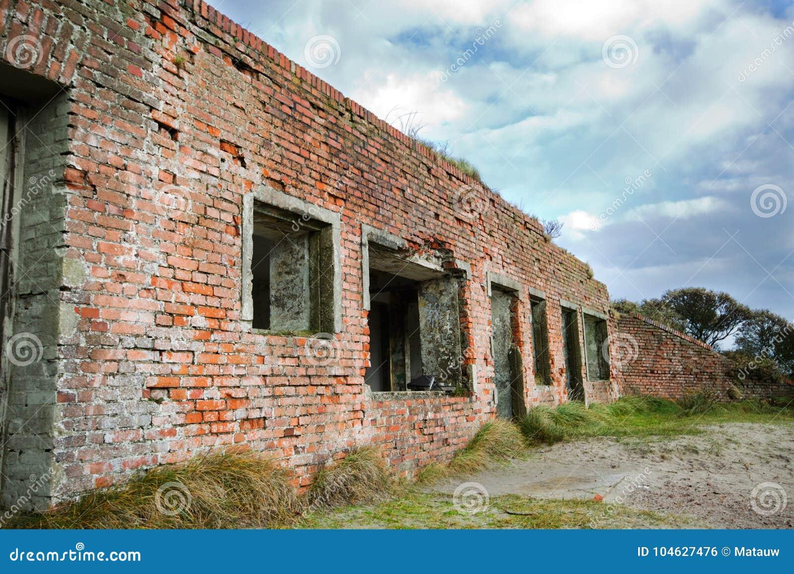 Download Resten Van Atlantikwall In De Duinen Stock Foto - Afbeelding bestaande uit muur, gebroken: 104627476