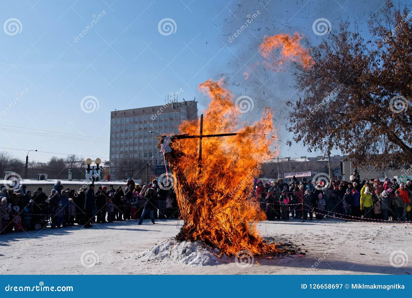 Resten van een gebrande vogelverschrikker op de de winter Slavische vakantie