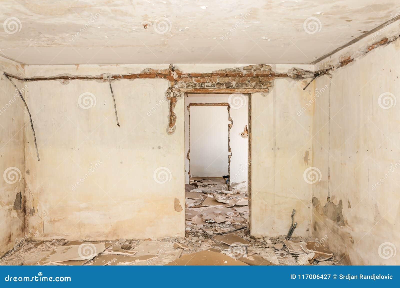 Restes d abandonner intérieur endommagé et détruit de maison par la grenade écossant avec le toit et le mur effondrés dans le sel