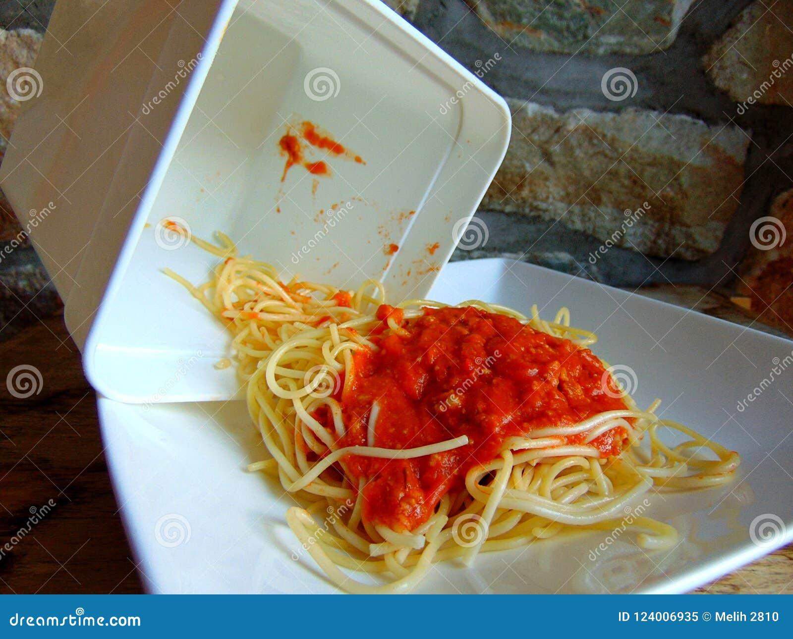 Restes de spaghetti d un récipient en plastique