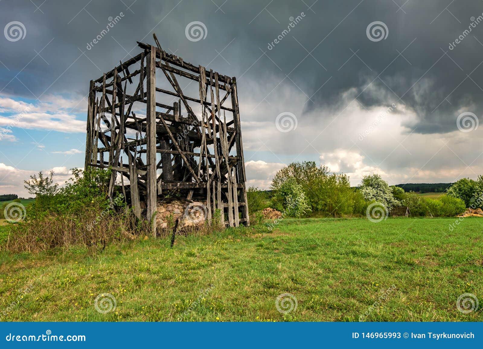 Restes de vieux moulin ? vent br?l? dans le domaine avant la pluie