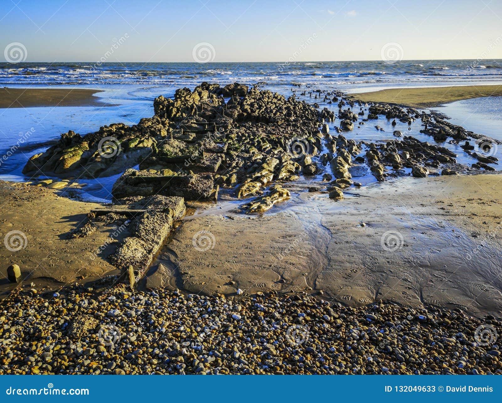Restos del embarcadero pesquero viejo en Bexhill, East Sussex, Inglaterra