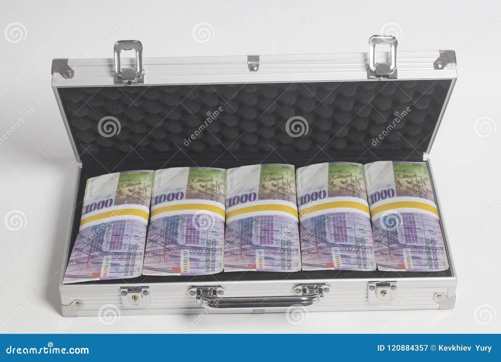 Resväska mycket av tusen schweizisk franc