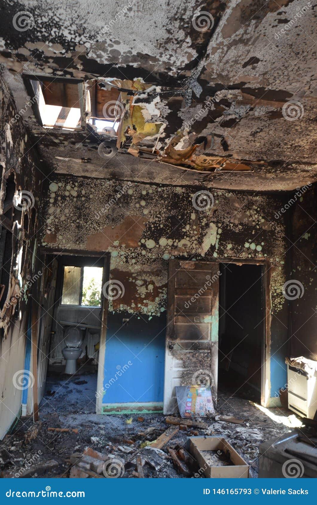 Resztki sypialnia apartament po katastroficzego domu ogienia ?
