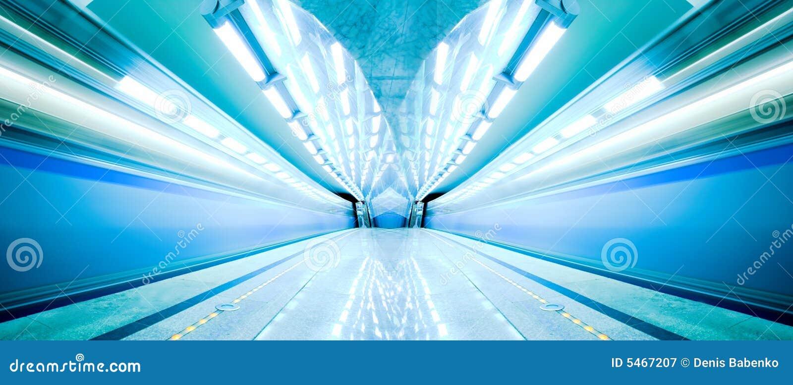 Retén azul del tren rápido en la plataforma