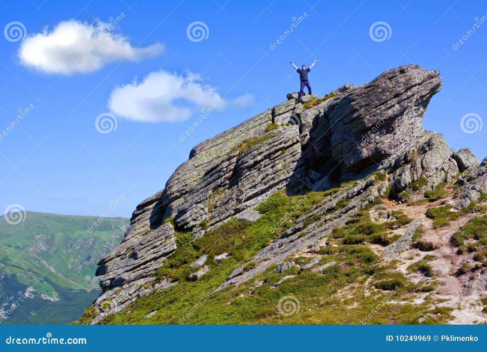 Retén del hombre en tapa de la montaña