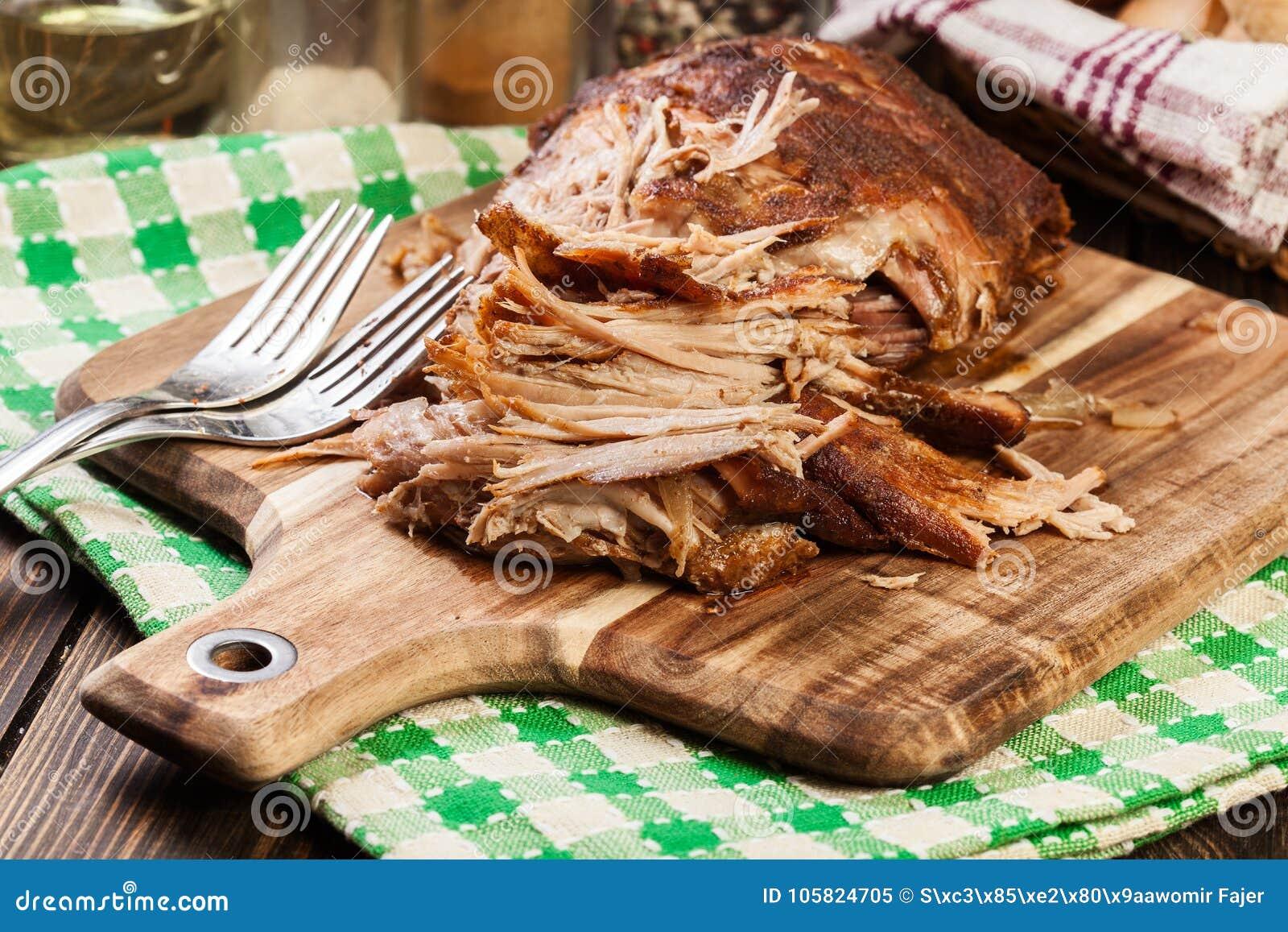 Retarde o ombro de carne de porco puxado cozinhado
