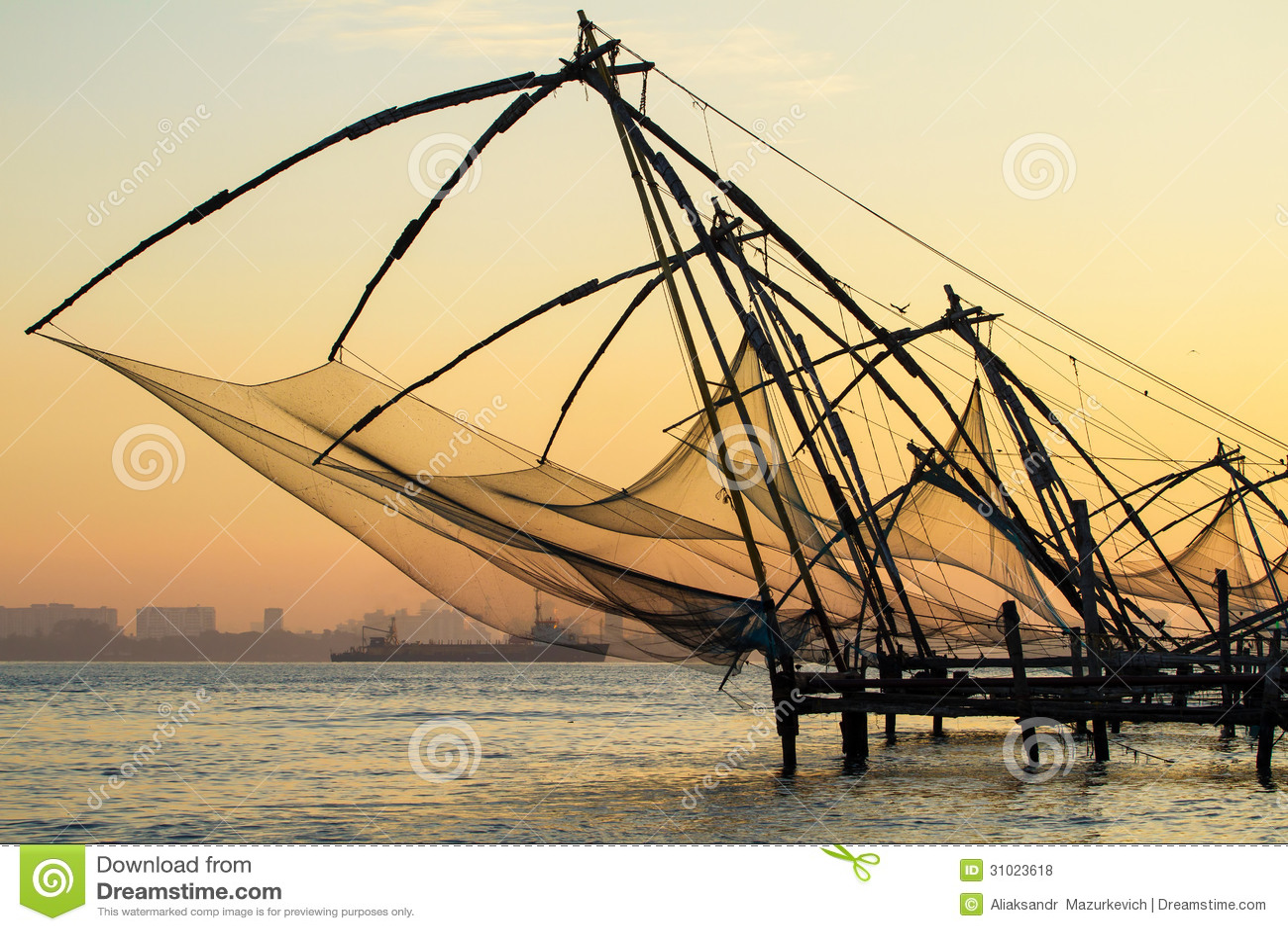 Rete da pesca cinese ad alba a Cochin (il Kochi forte)