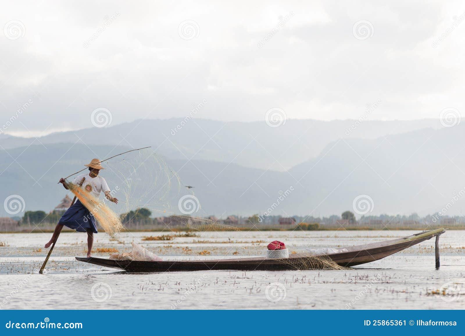 Rete da pesca di spiegamento del pescatore sul onlake - Rete da pesca per decorazioni ...