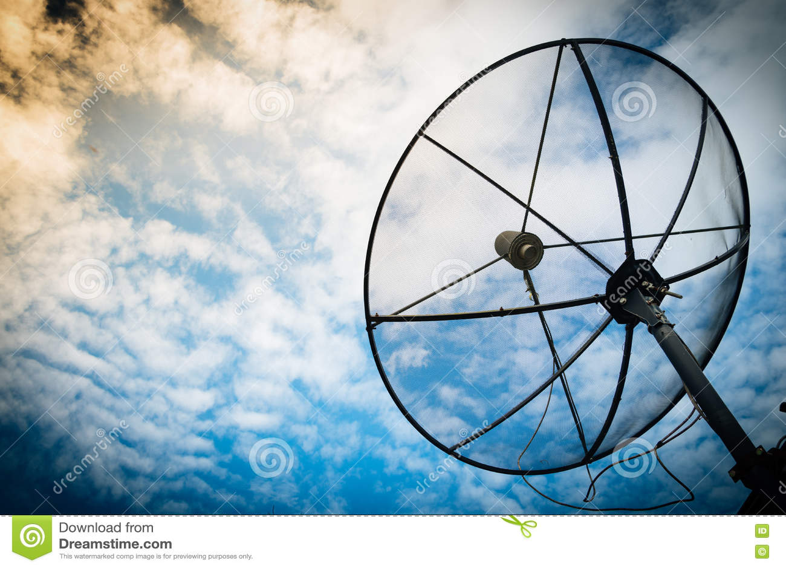 Rete di tecnologia della comunicazione dei riflettori parabolici con il sole e w