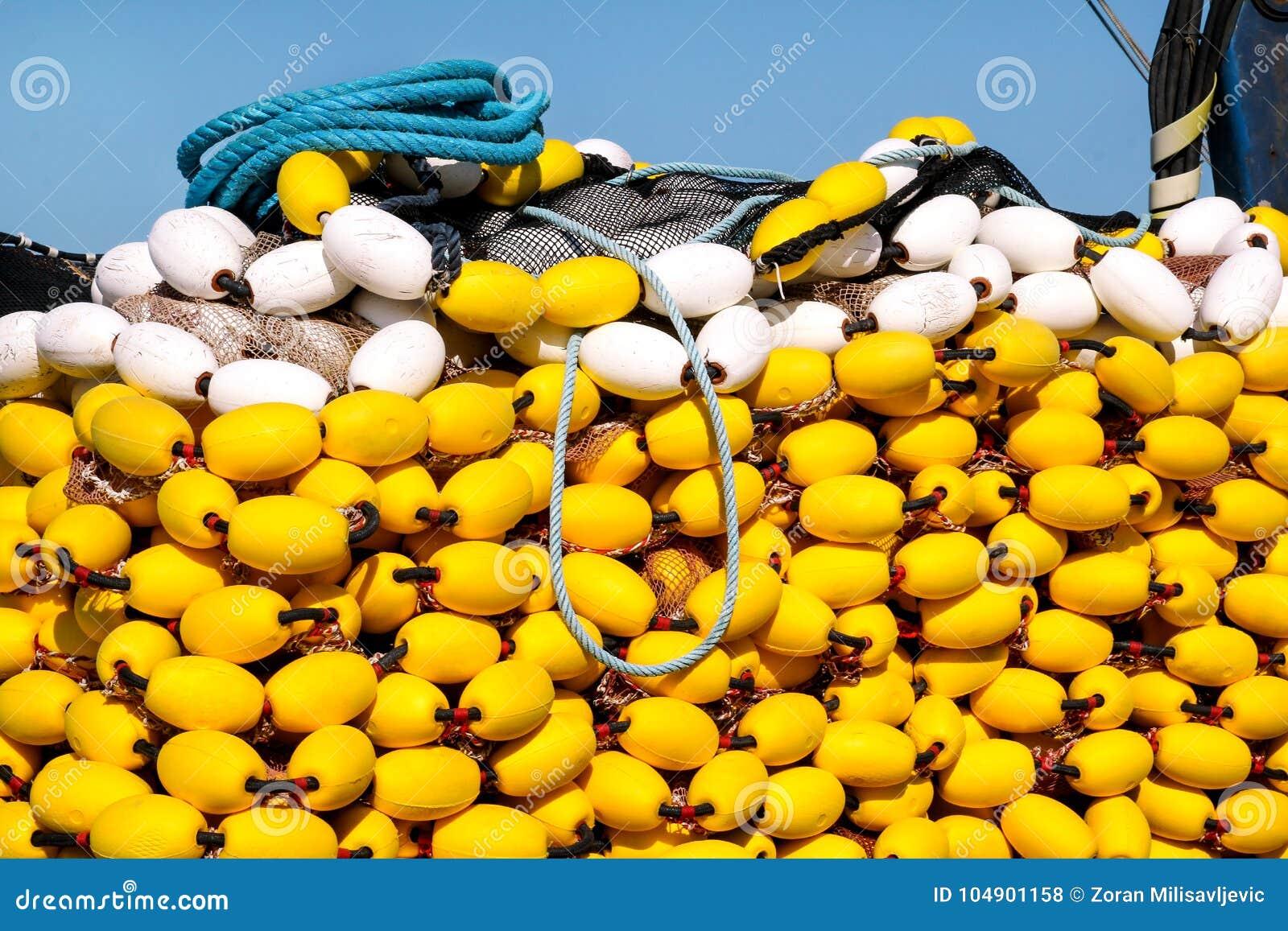 Reti da pesca con i galleggianti gialli sul mucchio, fine su