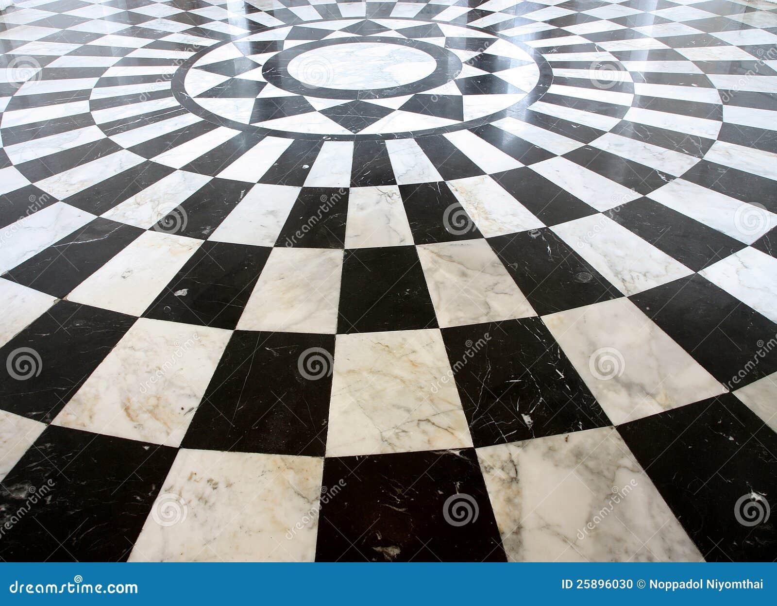 Reticolo di marmo checkered in bianco e nero del pavimento for Pavimento bianco e nero