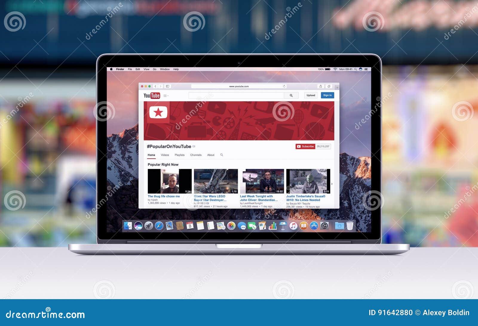 Retina de Apple MacBook Pro con una etiqueta abierta en el safari que muestra la página web de YouTube