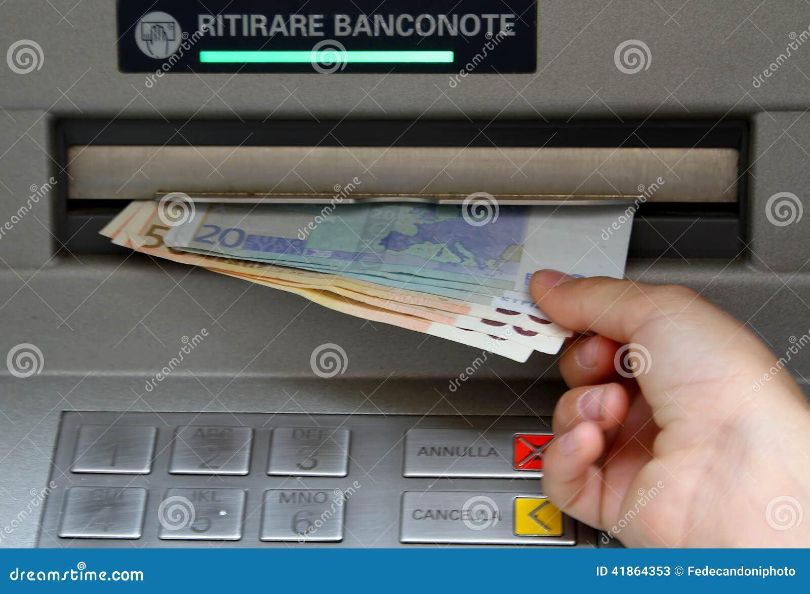 Retire o dinheiro nas cédulas de um ATM