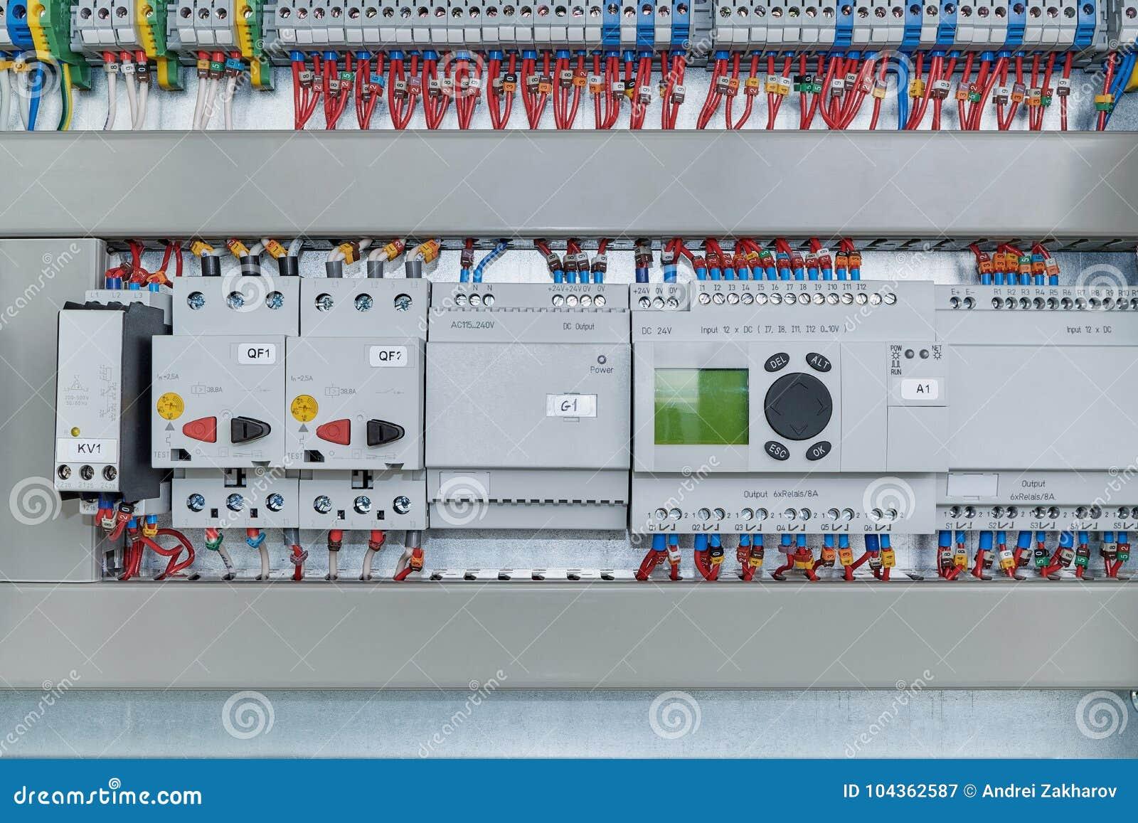 Retransmisiones, disyuntores, protección del motor y módulos de la extensión de los reguladores