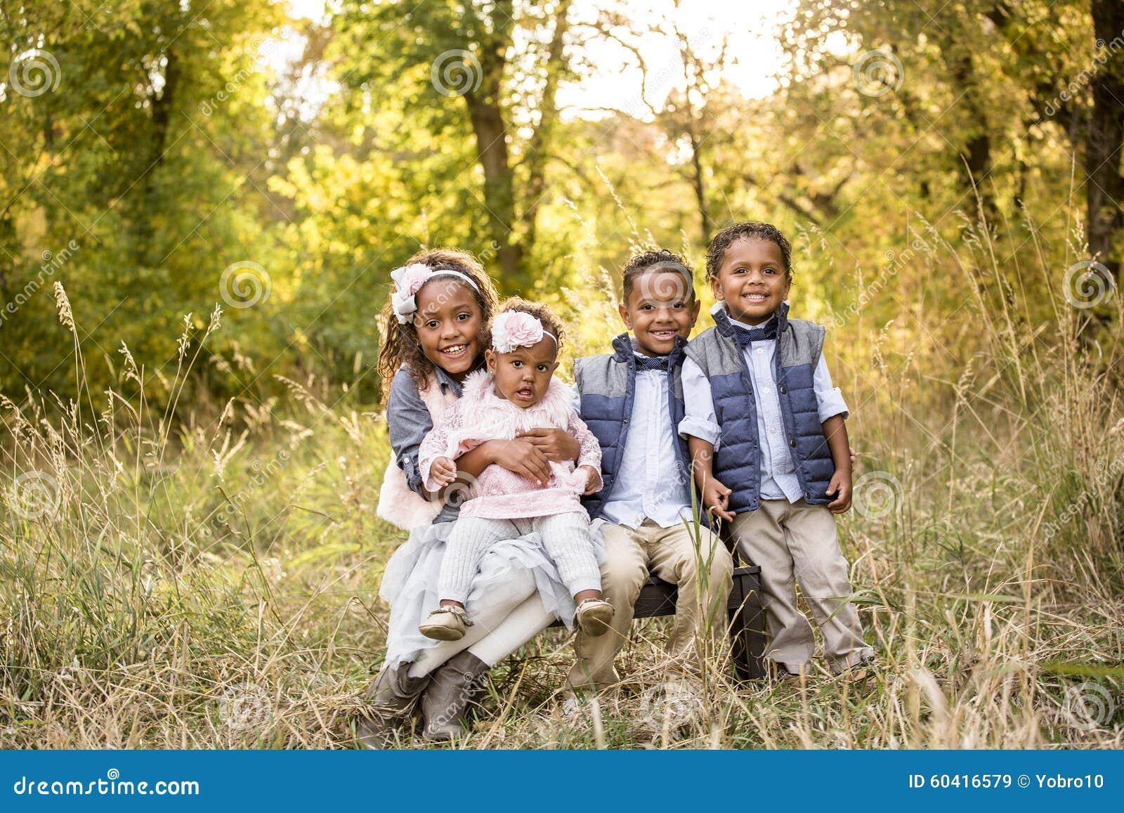 Retrato étnico multi hermoso de los niños al aire libre