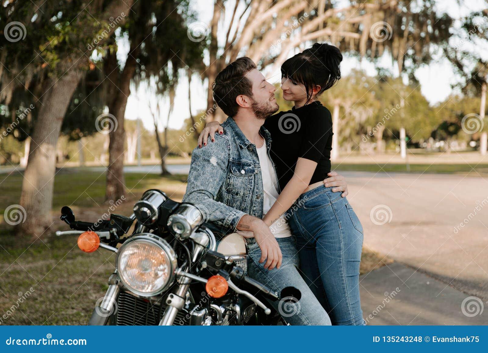 Retrato adorable de amor de dos personas de moda modernas adultas jovenes apuestas atractivas Guy Girl Couple Kissing y abrazo