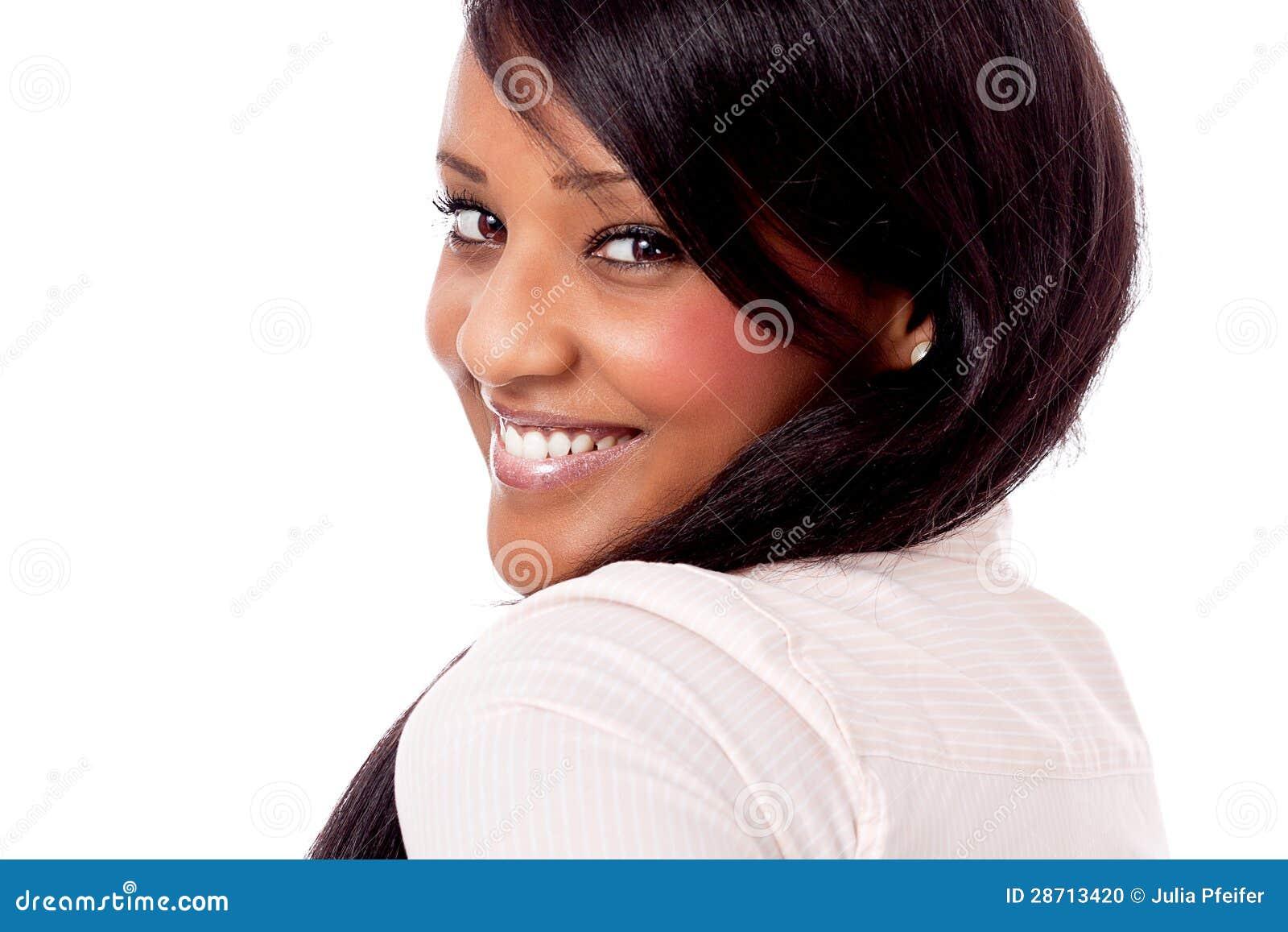 Retrato africano joven sonriente de la mujer aislado