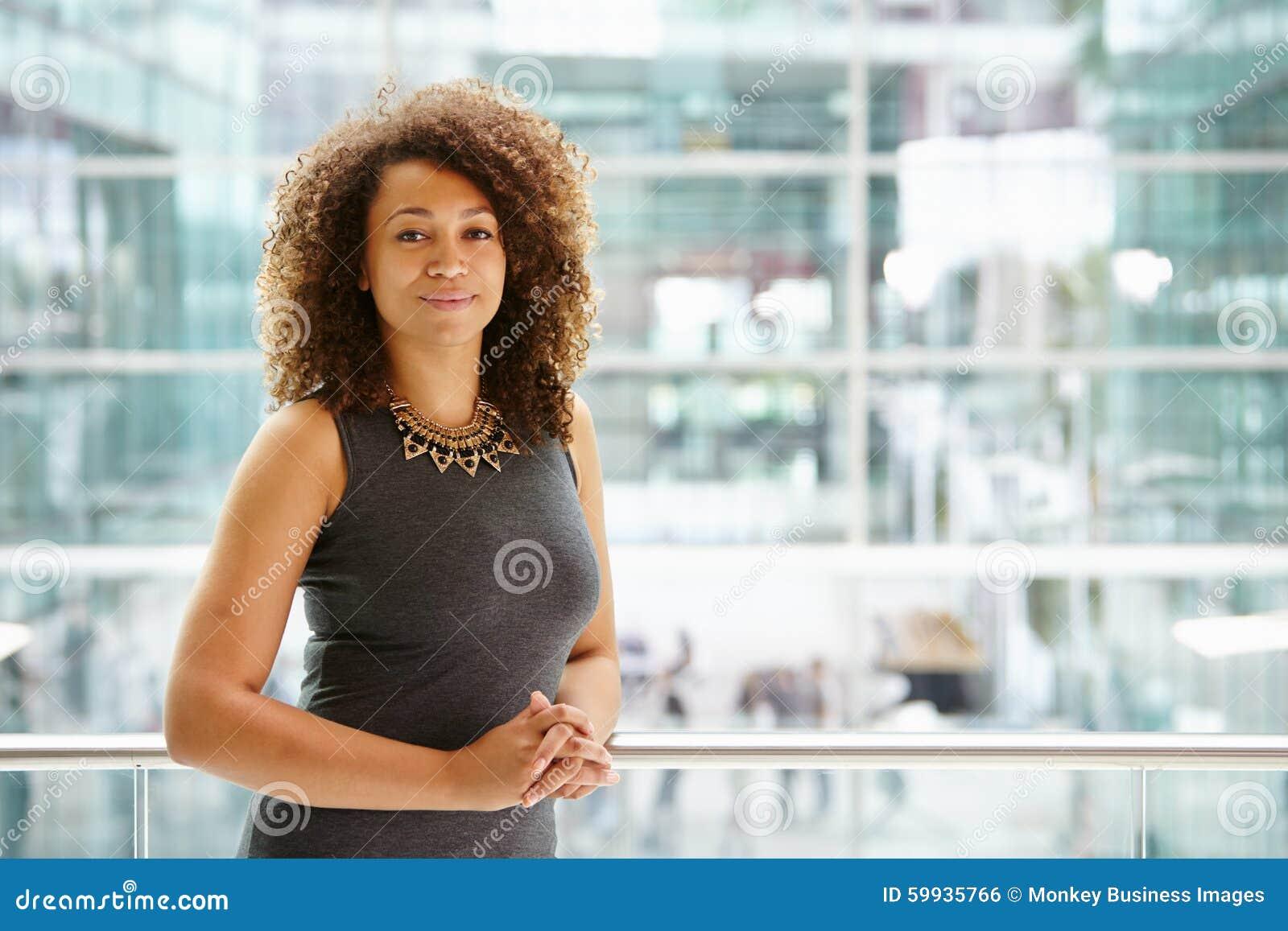 Retrato afro-americano da mulher de negócios, cintura acima
