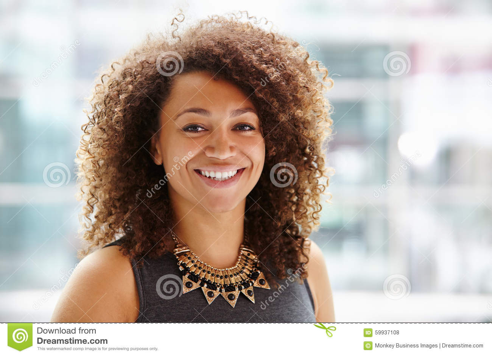 Retrato afro-americano da mulher de negócios, o principal e dos ombros
