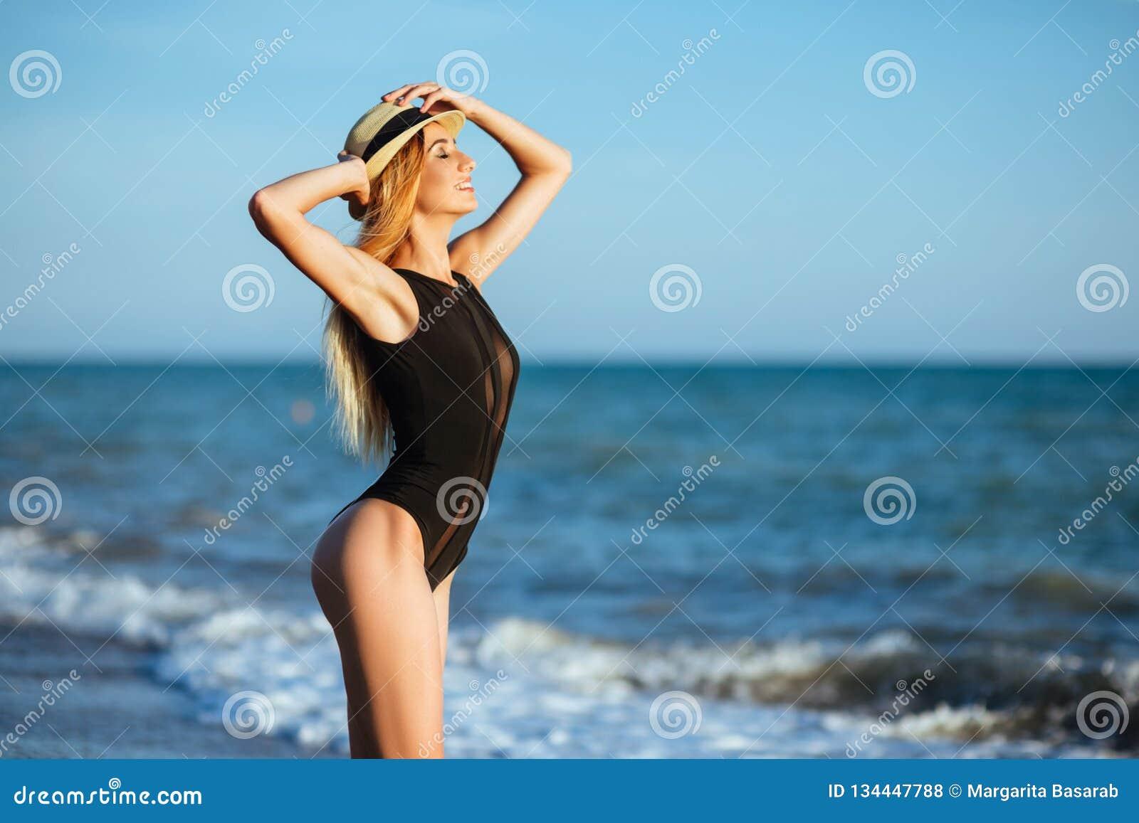 Retrato al aire libre de la forma de vida de la muchacha hermosa en traje de baño negro