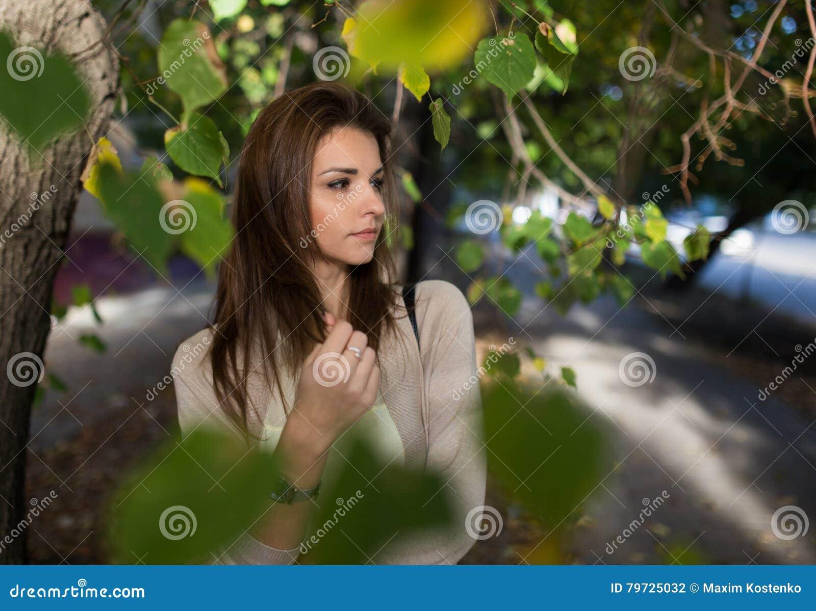 Retrato al aire libre de la mujer bonita joven Muchacha hermosa en alineada ocasional