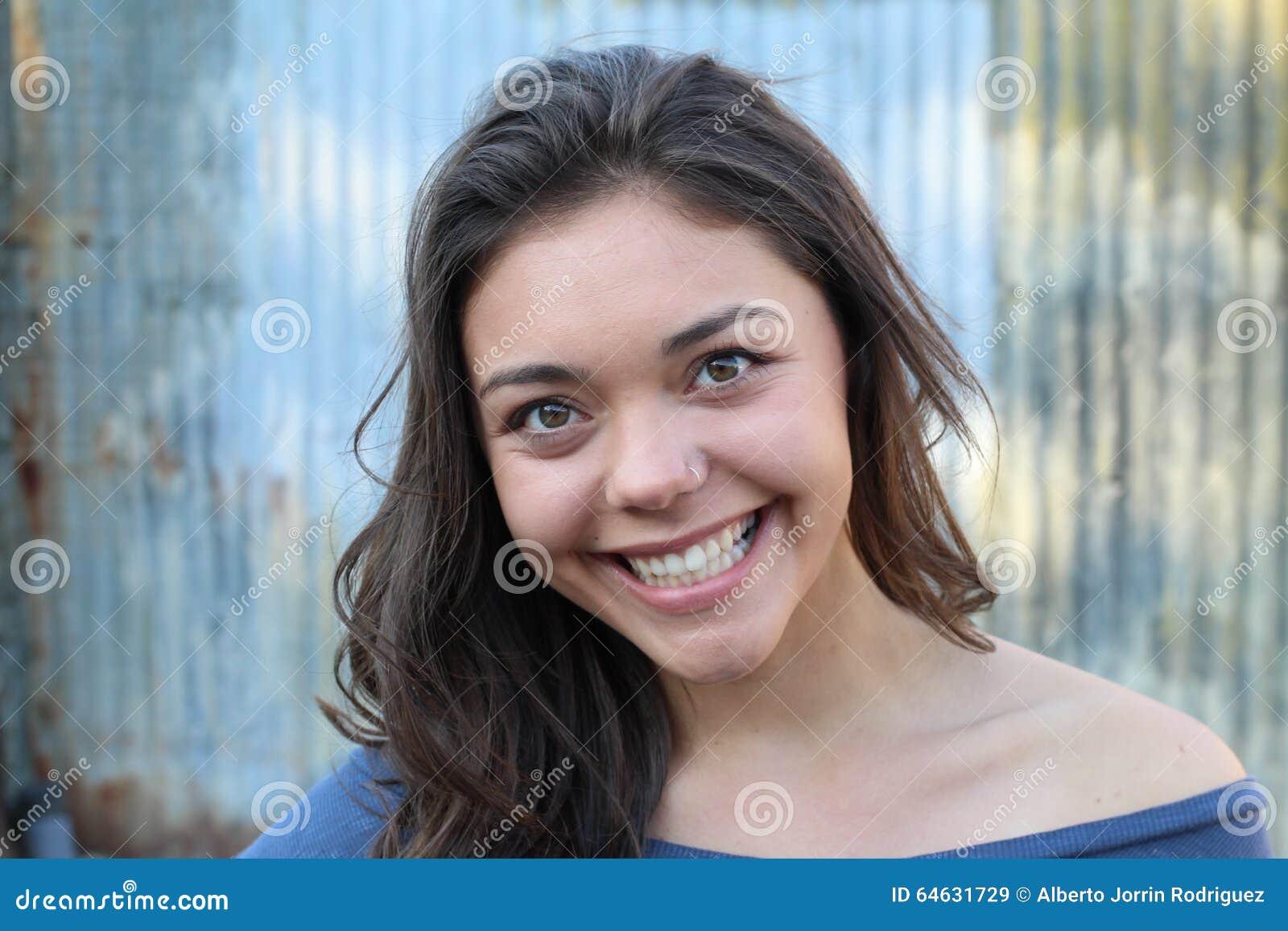 Retrato al aire libre de la mujer multicultural joven hermosa