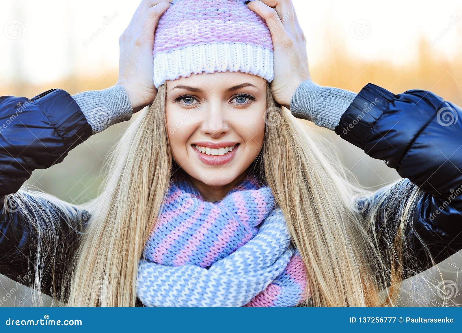 Retrato al aire libre de risa hermoso de la muchacha