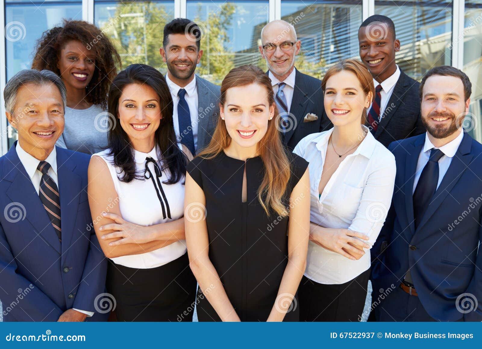 Retrato al aire libre del equipo multicultural del negocio