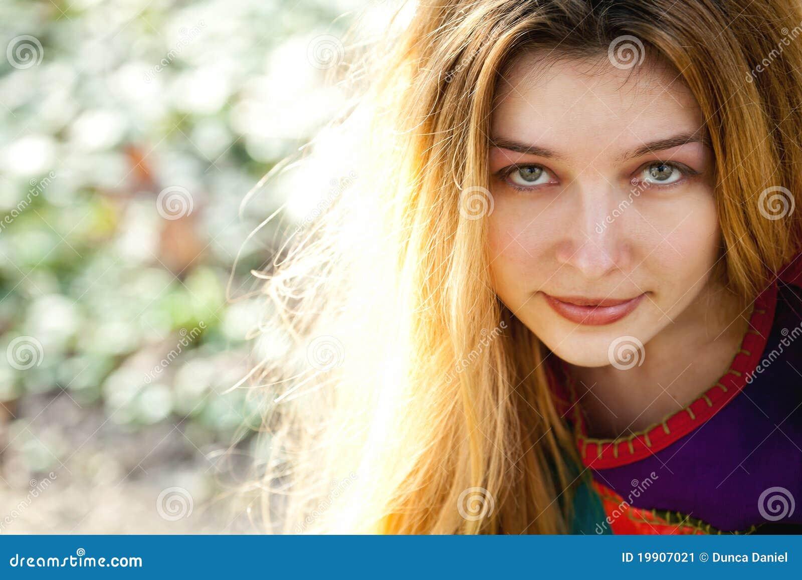 Retrato ao ar livre da mulher bonito nova