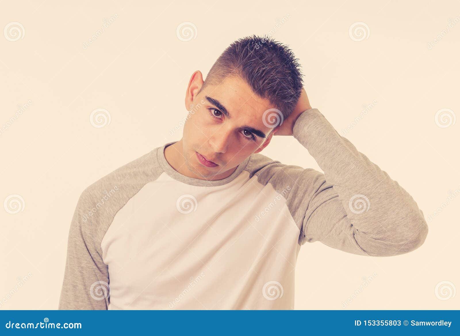Retrato ascendente cercano de la cara triste del hombre joven que sufre de la depresi?n, de la tensi?n y de la infelicidad