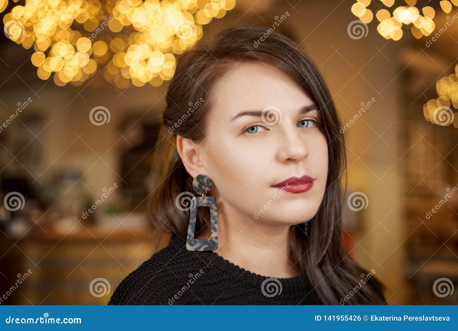 Retrato ascendente próximo de uma mulher elegante bonita Forma fêmea, conceito da beleza
