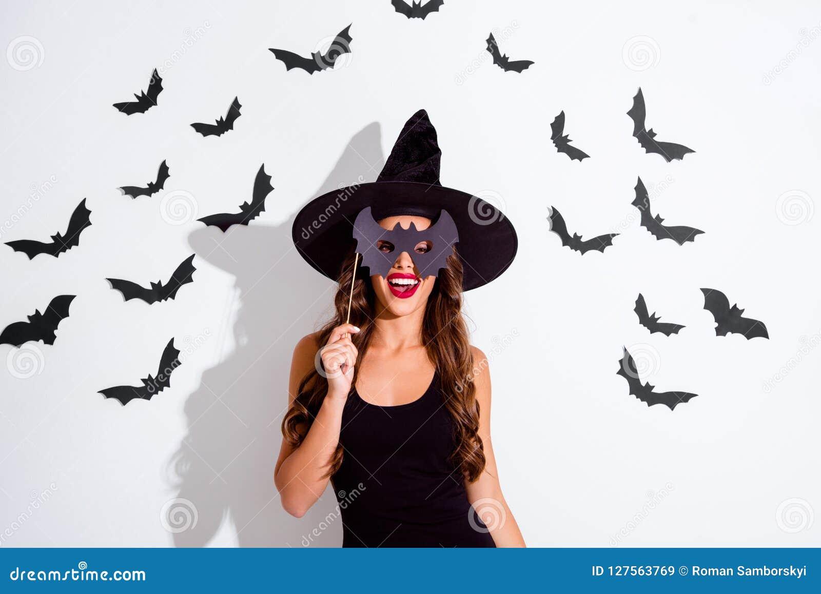 Retrato ascendente próximo do truque ou da ameaça da mulher alegre com encaracolado