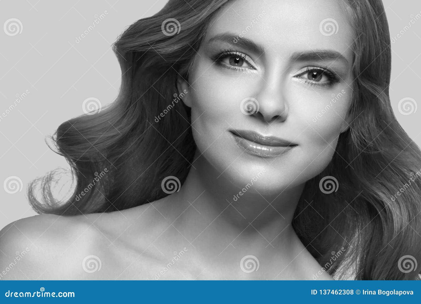 Retrato asombroso de la mujer Muchacha hermosa con el pelo ondulado largo Modelo rubio con el peinado sobre beige