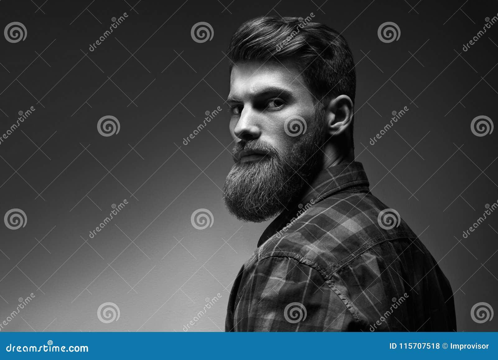 Retrato blanco y negro del hombre hermoso barbudo en un humor pensativo