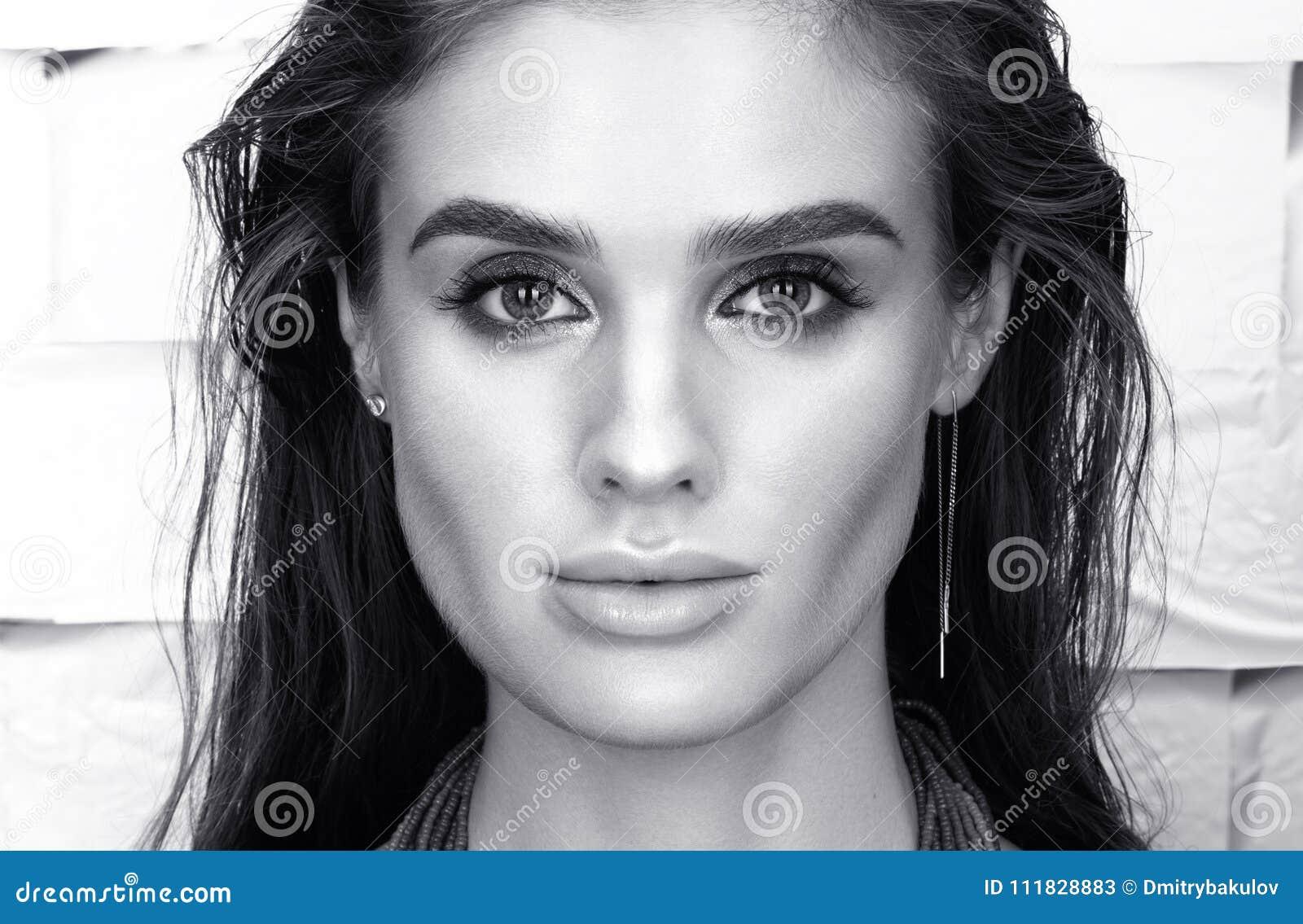 Retrato blanco y negro del primer de la belleza de la mujer joven hermosa en negro
