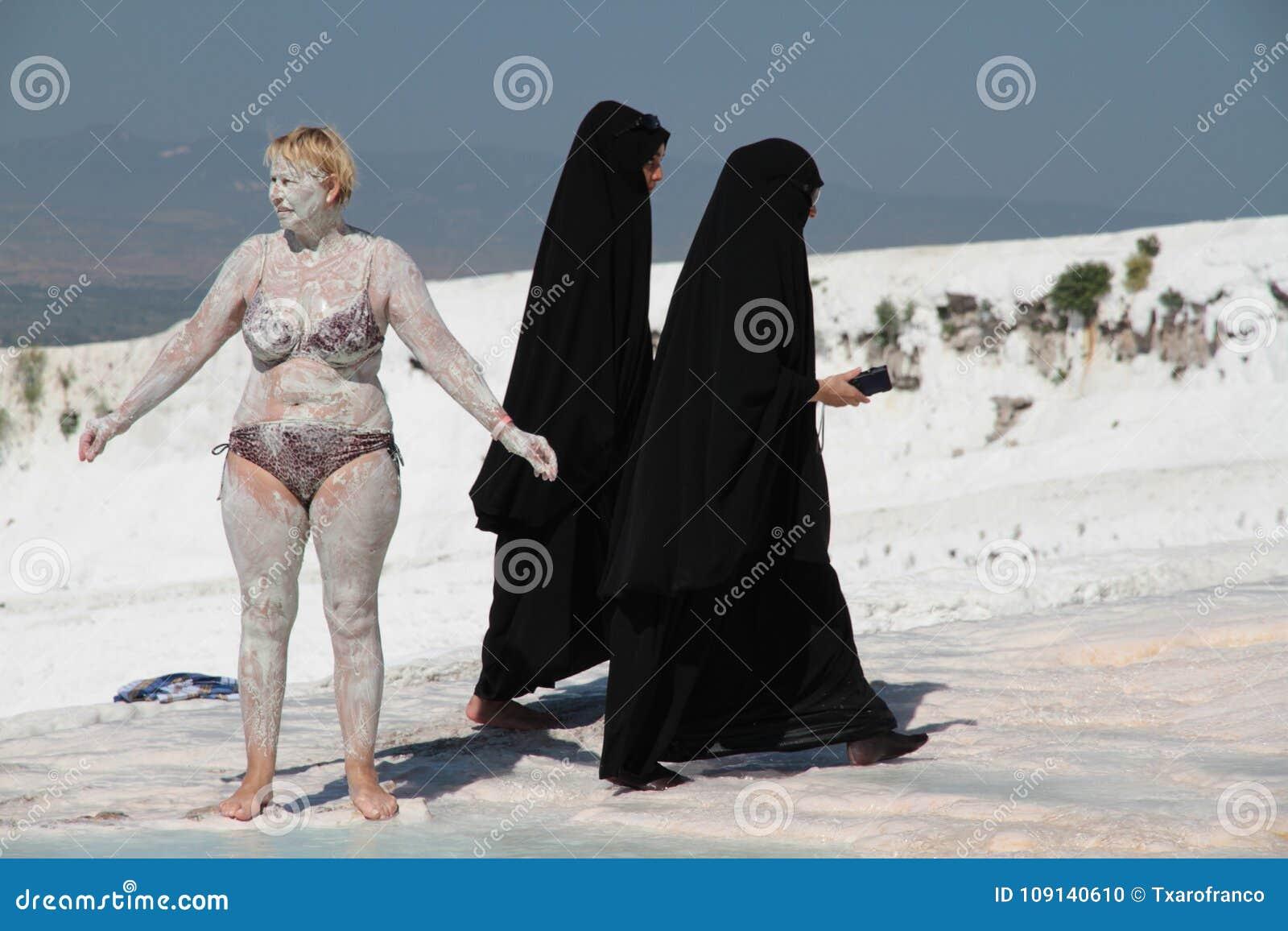 Retrato blanco y negro: mujeres de diversas culturas